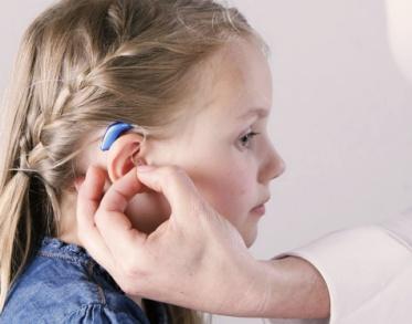 Anpassung eines Hörgeräts beim Kind